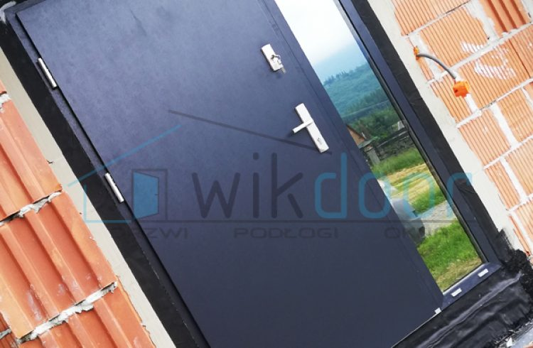 Montaż drzwi Wikęd Optimum Termo z naświetleniem bocznym